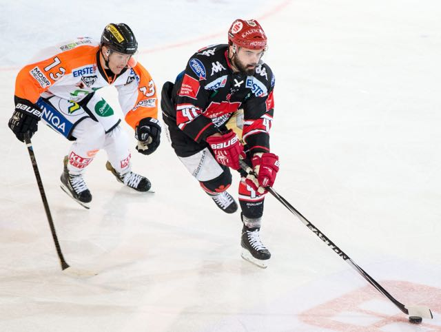 17.10.2014, TWK Arena, Innsbruck, AUT, EBEL, HC TWK Innsbruck die Haie vs Moser Medical Graz 99ers, 11. Runde, im Bild Tyler Scofield (Moser Medical Graz 99ers) gegen Benedikt Schennach (HC TWK Innsbruck) // during the Erste Bank Icehockey League 11th round match between HC TWK Innsbruck die Haie and Moser Medical Graz 99ers at theTWK Arena in Innsbruck, Austria, 2014/10/17, EXPA Pictures © 2014, PhotoCredit: EXPA/ Johann Groder EXPA/ Johann Groder
