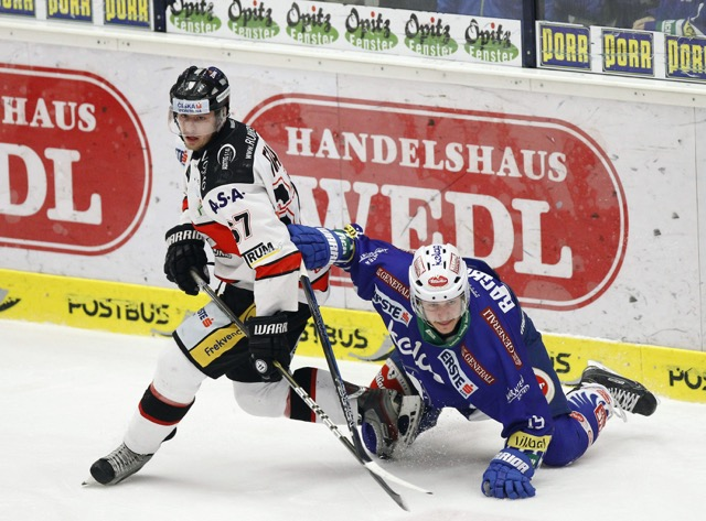 22.02.2015, Stadthalle, Villach, AUT, EBEL, EC VSV vs HC Orli Znojmo, Plazierungsrunde, im Bild v.l. Ondrej Fiala (Znojmo) und Stefan Bacher (VSV) // during the Erste Bank Icehockey League placement round match between EC VSV vs HC Orli Znojmo at the City Hall in Villach, Austria on 2015/02/22, EXPA Pictures © 2015, PhotoCredit: EXPA/ Oskar Hoeher EXPA