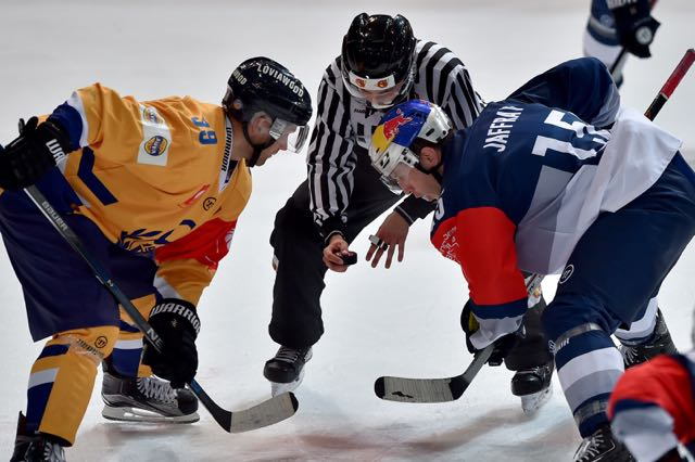 MUNICH,GERMANY,06.OCT.15 - ICE HOCKEY - CHL, Champions Hockey League, play off, EHC Red Bull Muenchen vs Lukko Rauma. Image shows Olli Sipilainen (Lukko Rauma), a referee and Jason Jaffray (RB Muenchen). Photo: GEPA pictures/ Florian Ertl - For editorial use only. Image is free of charge. GEPA pictures/ Florian Ertl