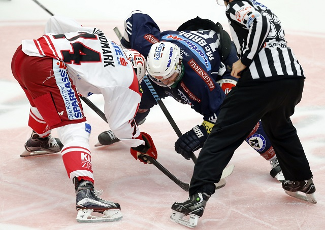 11.10.2015, Stadthalle, Villach, AUT, EBEL, EC VSV vs EC KAC, 10. Runde, im Bild Johannes Reichel (KAC) und Brock McBride (VSV) // during the Erste Bank Icehockey League 10th round match between EC VSV vs EC KAC at the City Hall in Villach, Austria on 2015/10/11, EXPA Pictures ? 2015, PhotoCredit: EXPA/ Oskar Hoeher EXPA