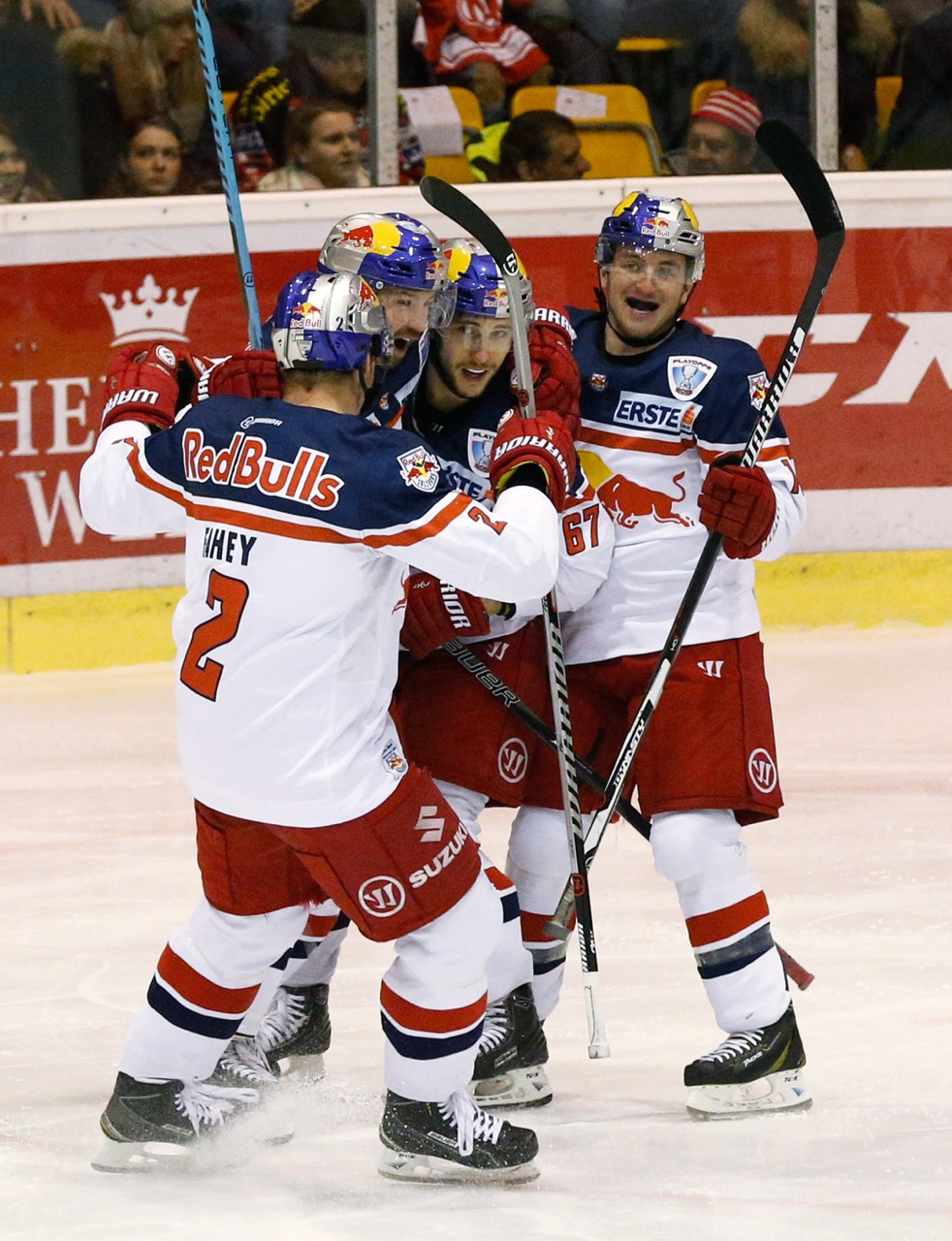 KLAGENFURT,AUSTRIA,28.FEB.16 - ICE HOCKEY - EBEL, Erste Bank Eishockey Liga, Playoff quarterfinal, KAC Klagenfurt vs EC Red Bull Salzburg. Image shows the rejoicing of the players of EC RBS.   Photo: GEPA pictures/ David Rodriguez Anchuelo - For editorial use only. Image is free of charge. GEPA pictures/ David Rodriguez