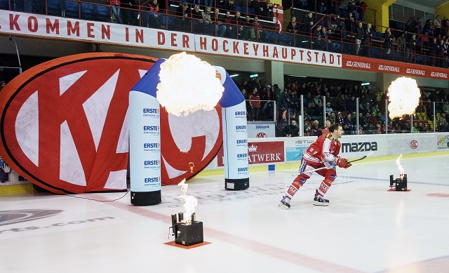 08.03.2016, Stadthalle, Klagenfurt, AUT, EBEL, EC KAC vs EC Red Bull Salzburg, Viertelfinale, 6. Spiel, im Bild Jean-Fran?ois Jacques (EC KAC, #39) // during the Erste Bank Icehockey League 6th quarterfinal match between EC KAC and EC Red Bull Salzburg at the City Hall in Klagenfurt, Austria on 2016/03/08. EXPA Pictures ? 2016, PhotoCredit: EXPA/ Gert Steinthaler EXPA/ Mag. Gert Steinthaler