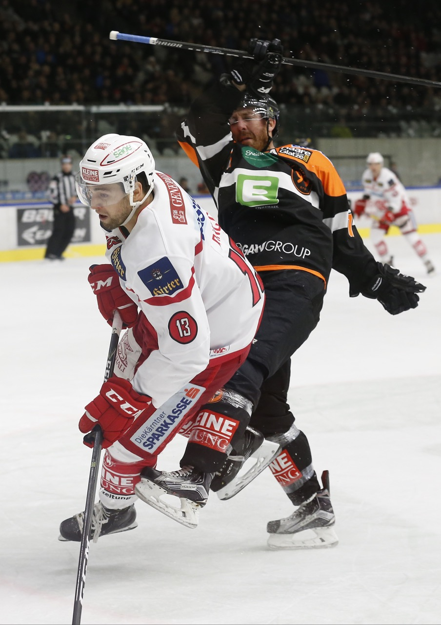 13.12.2016, Merkur Eisarena, Graz, AUT, EBEL, Moser Medical Graz 99ers vs EC KAC, 30. Runde, im Bild Ziga Pance (#13, EC KAC) und Kurtis McLean (#71, Moser Medical Graz 99ers) // during the Erste Bank Icehockey League 30th Round match between Moser Medical Graz 99ers and EC KAC at the Merkur Ice Arena, Graz, Austria on 2016/12/13, EXPA Pictures © 2016, PhotoCredit: EXPA/ Erwin Scheriau EXPA/ Erwin Scheriau