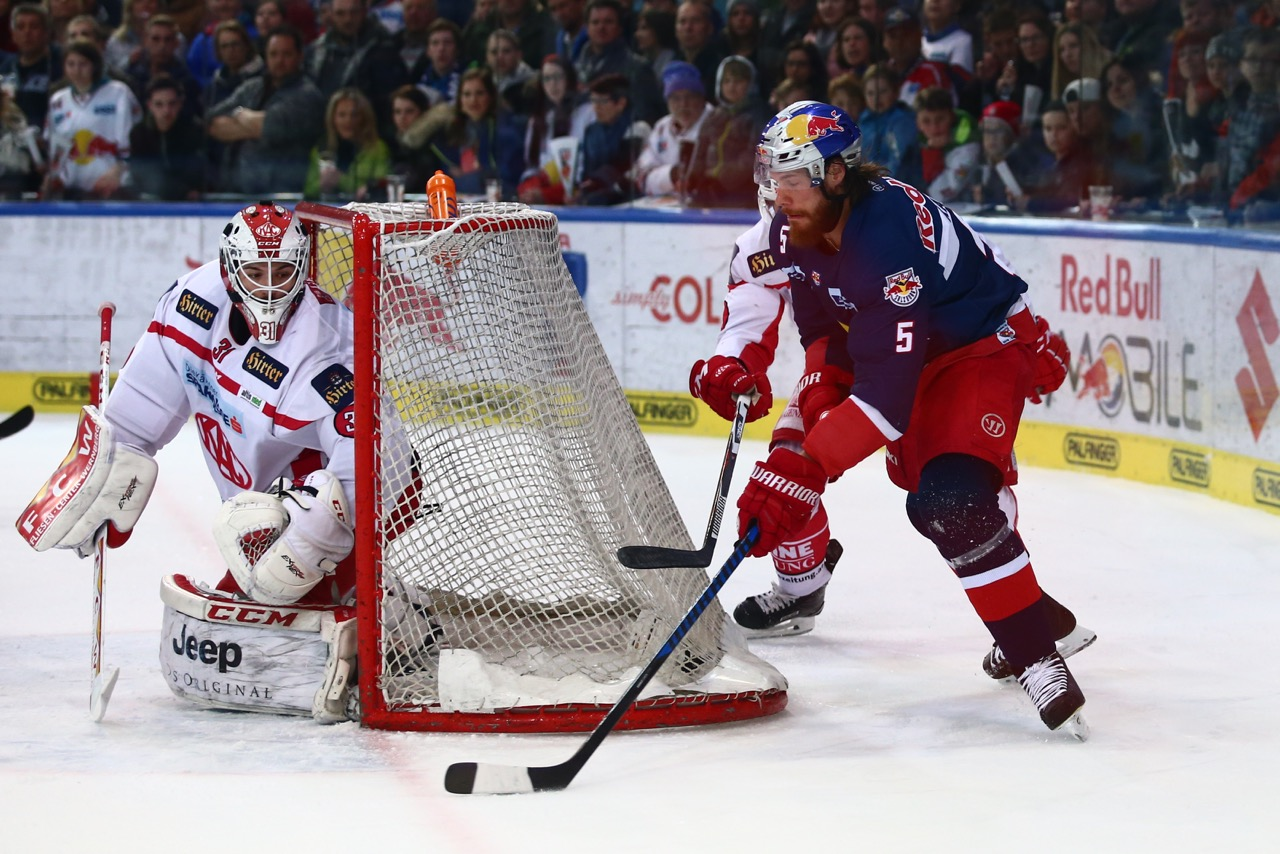 SALZBURG,AUSTRIA,24.MAR.17 - ICE HOCKEY - EBEL, Erste Bank Eishockey Liga, play off, semifinal, EC Red Bull Salzburg vs KAC Klagenfurt. Image shows Thomas Raffl (EC RBS) and David Madlener (KAC). Photo: GEPA pictures/ Felix Roittner - For editorial use only. Image is free of charge. GEPA pictures/ Felix Roittner