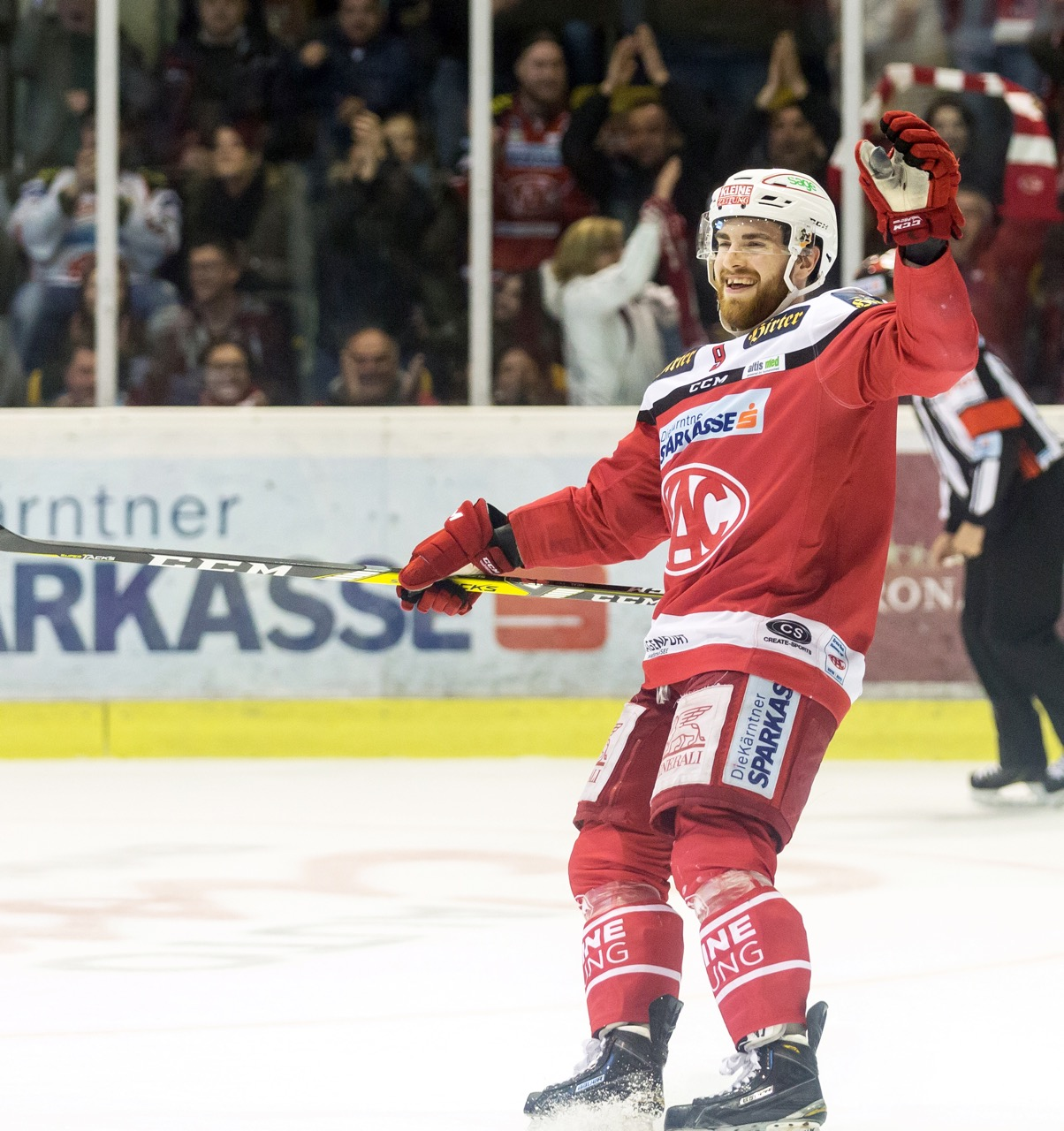 21.03.2017, Stadthalle, Klagenfurt, AUT, EBEL, EC KAC vs EC Red Bull Salzburg, Semifinale, 4. Spiel, im Bild Matthew Neal (EC KAC, #9) // during the Erste Bank Eishockey League 4th semifinal match of playoff series EC KAC vs EC Red Bull Salzburg at the City Hall in Klagenfurt, Austria on 2017/03/21. EXPA Pictures © 2017, PhotoCredit: EXPA/ Gert Steinthaler EXPA/ Mag. Gert Steinthaler