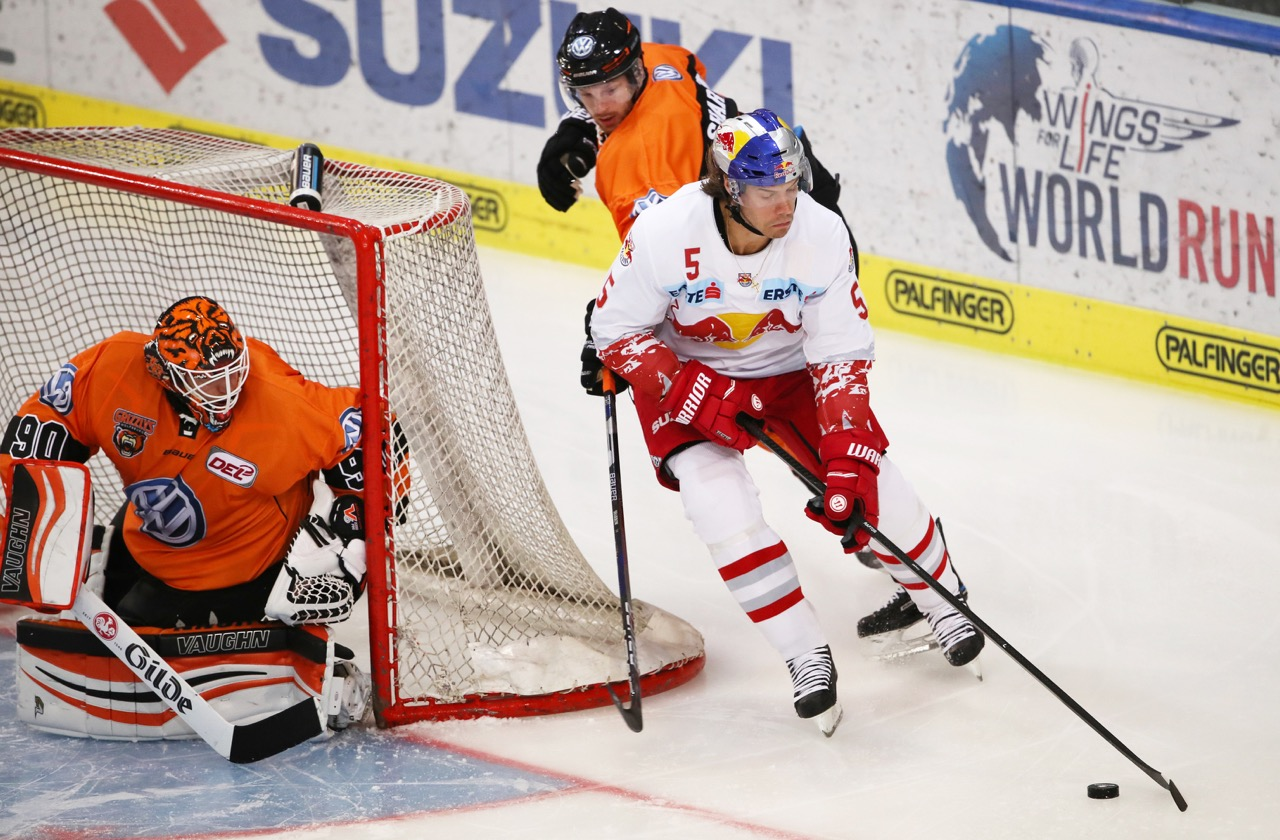 SALZBURG,AUSTRIA,15.AUG.17 - ICE HOCKEY - EBEL, Erste Bank Eishockey Liga, DEL, Deutsche Eishockey Liga, EC Red Bull Salzburg vs Grizzlys Wolfsburg, test match. Image shows Felix Brueckmann (Wolfsburg) and Thomas Raffl (EC RBS). Photo: GEPA pictures/ Andreas Pranter - For editorial use only. Image is free of charge. GEPA pictures/ Andreas Pranter