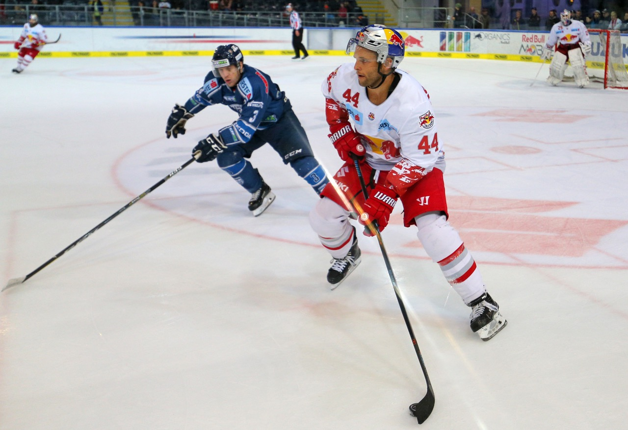 SALZBURG,AUSTRIA,26.OCT.17 - ICE HOCKEY - EBEL, Erste Bank Eishockey Liga, EC Red Bull Salzburg vs Fehervar Alba Volan 19. Image shows Aron Sandor Reisz (Alba Volan) and Rob Schremp (EC RBS). Photo: GEPA pictures/ Thomas Bachun - For editorial use only. Image is free of charge. GEPA pictures/ Thomas Bachun