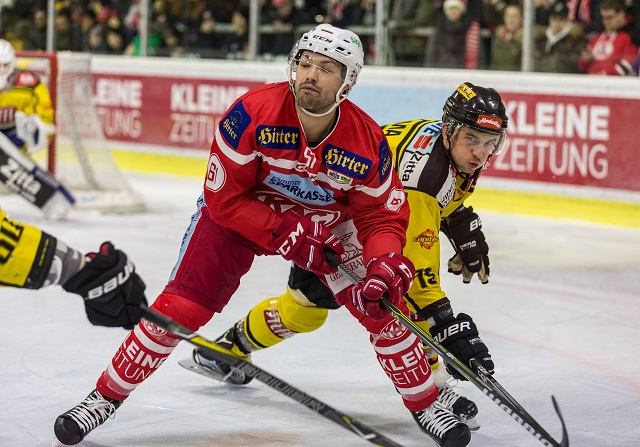 28.02.2018, Stadthalle, Klagenfurt, AUT, EBEL, EC KAC vs Vienna Capitals, 8. Plazierungsrunde, im Bild Andrew Kozek (EC KAC, #61), Tylor Cuma (Vienna Capitals, #19) // during the Erste Bank Eishockey League 8th placement round match between EC KAC vs Vienna Capitals at the City Hall in Klagenfurt, Austria on 2018/02/28. EXPA Pictures ? 2018, PhotoCredit: EXPA/ Gert Steinthaler EXPA/ Mag. Gert Steinthaler